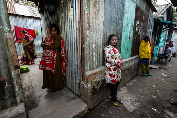 11 Impactful Pictures Of The Kandapara Brothel In Bangladesh (2)