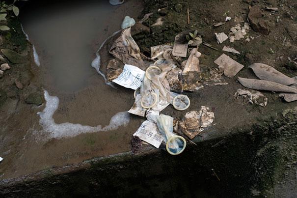 11 Impactful Pictures Of The Kandapara Brothel In Bangladesh (6)