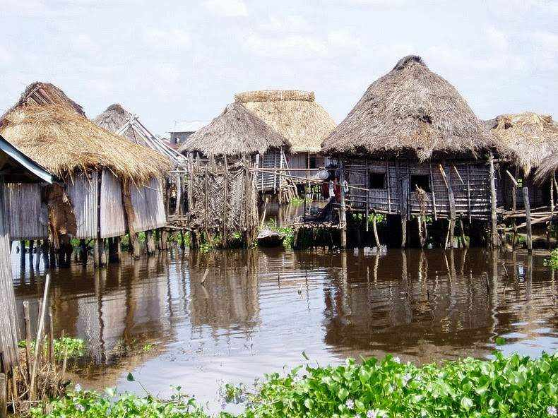 Photos Of An Entire Village Built On A Lake (3)