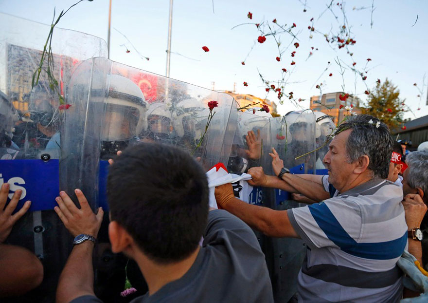 18-times-people-chose-to-become-peacemakers-during-protests-12