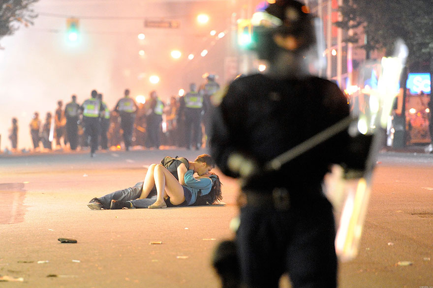 18-times-people-chose-to-become-peacemakers-during-protests-15