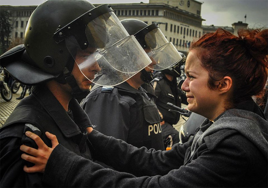 18-times-people-chose-to-become-peacemakers-during-protests-2
