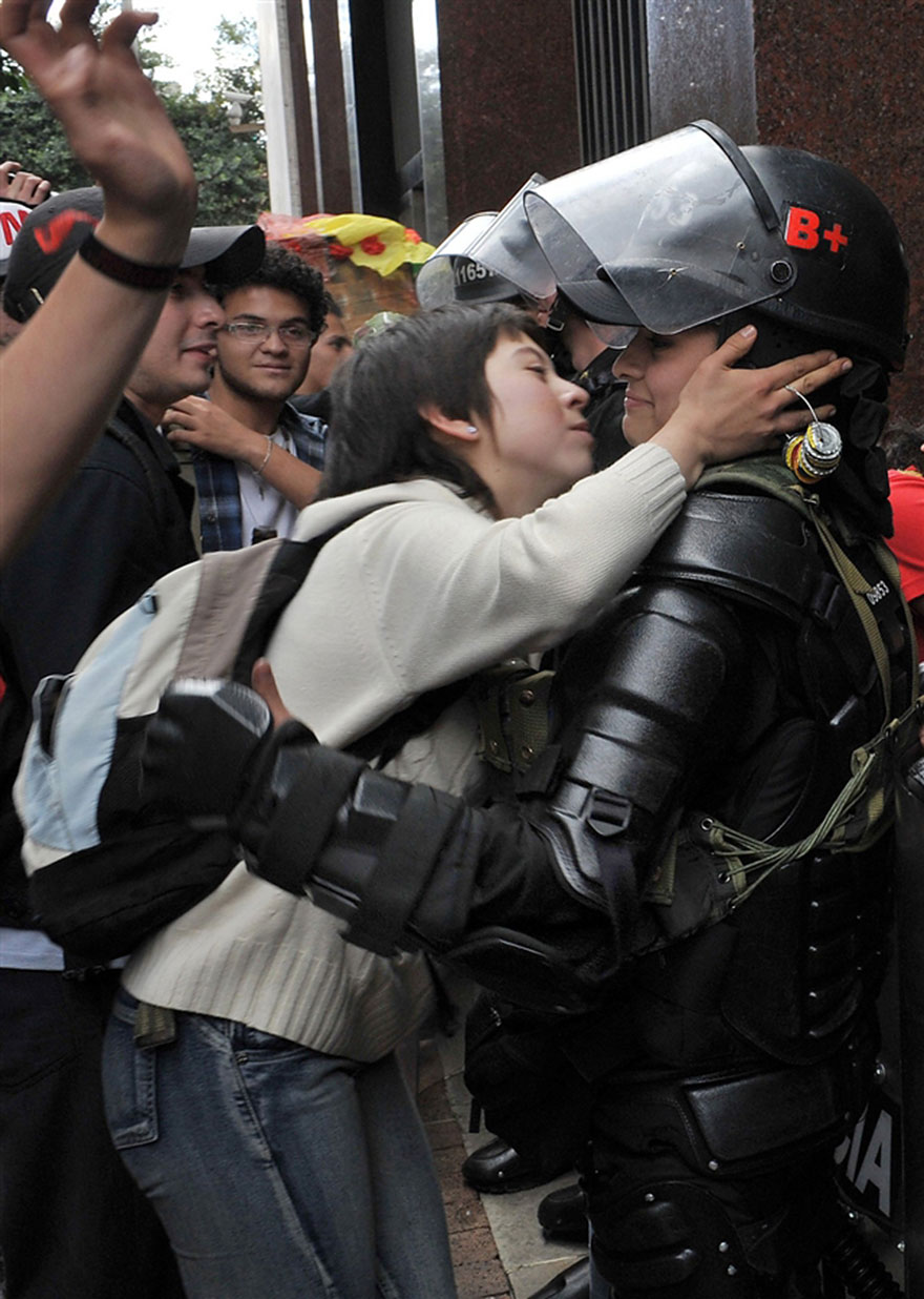 18-times-people-chose-to-become-peacemakers-during-protests-8