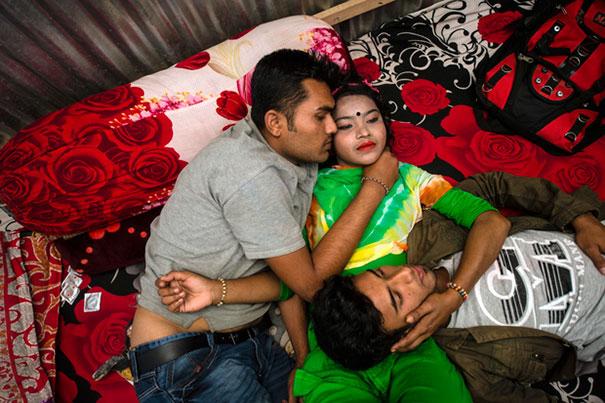 11 Impactful Pictures Of The Kandapara Brothel In Bangladesh (1)