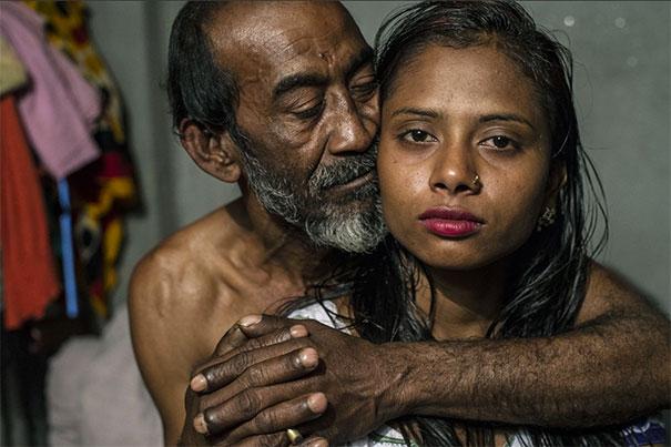 11 Impactful Pictures Of The Kandapara Brothel In Bangladesh (11)